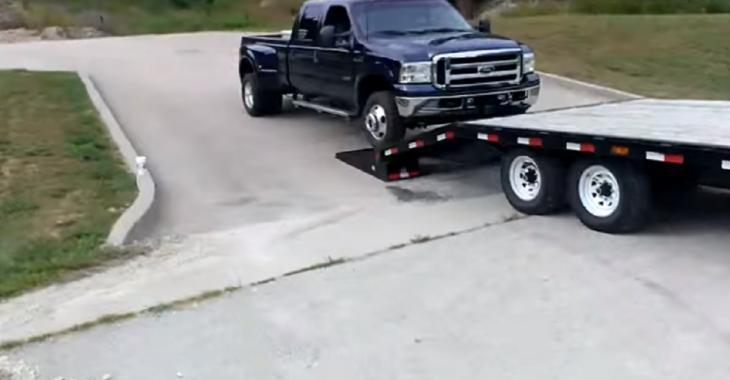 Il tente de faire monter ce pick-up sur la remorque mais il va rencontrer un problème énorme!