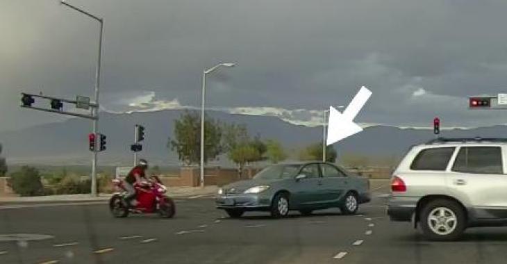 Le conducteur de l'automobile ne voit pas le motocycliste, et ce qui se produit est une véritable catastrophe!