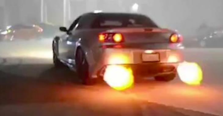 Un Rx8 lance des flammes, mais elles ont un petit quelque chose de particulier qui vous laissera perplexe!