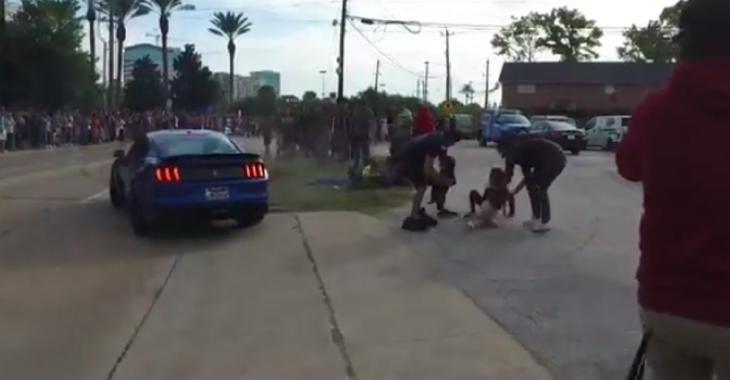 Un autre idiot au volant d'une Mustang qui sème la panique en voulant épater la foule!