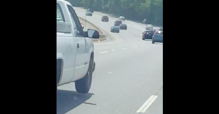 Le conducteur du pickup blanc est un véritable danger public; vous serez choqués de voir ce qui se passe avec son camion!