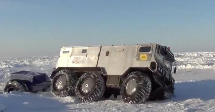 Ce véhicule roule dans des conditions extrêmes au milieu de nul part! Ses capacités sont fascinantes!