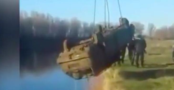 Ils sortent ce camion d'un plan d'eau, ce qui en sort vous fera éclater de rire!