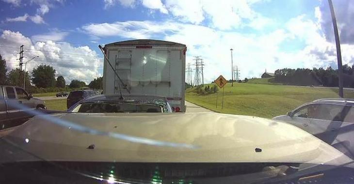 Une conductrice distraite au volant d'un VUS cause un accident qui donne la chair de poule