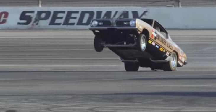Jay Leno fait un accident spectaculaire à bord du Muscle Car de 2500HP, il fait plusieurs tonneaux.