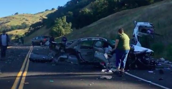 Ces images d'un accident de voiture laissent présager le pire, mais tout le monde a survécu au drame!