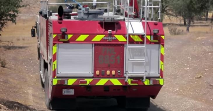 Ce camion de pompier militaire est une BRUTE, il est vraiment conçu pour aller à la guerre!