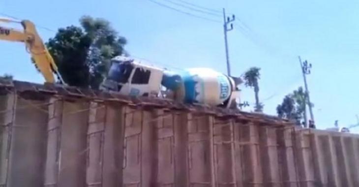 Catastrophe pour ce gros camion de ciment, l'opérateur de la pelle mécanique n'a pas aidé!