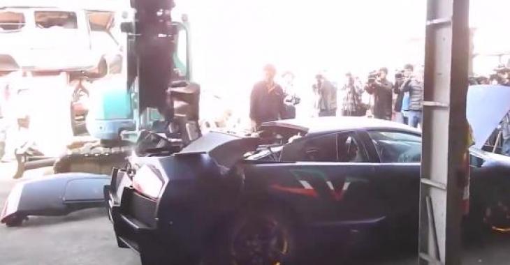 Cette Lamborghini se fait détruire sauvagement... coeurs sensibles s'abstenir!