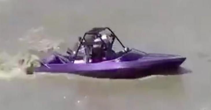 Ce bateau semble presque inoffensif... Lorsque vous le verrez au travail vous changerez d'idée totalement, il est démentiel!