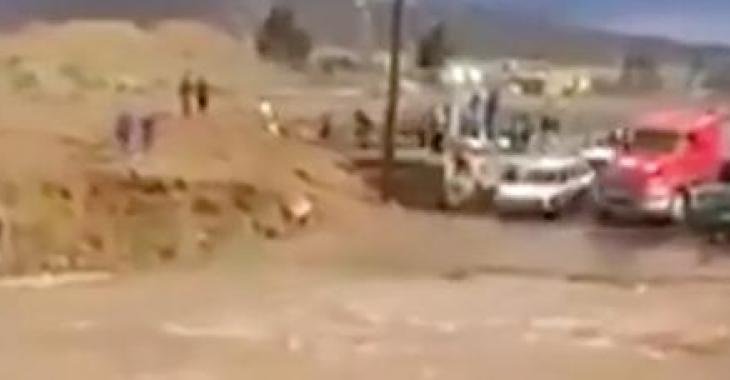 Ce conducteur de camion doit continuer sa route, mais un torrent fait rage devant lui, ce qu'il réussi à faire est incroyable!