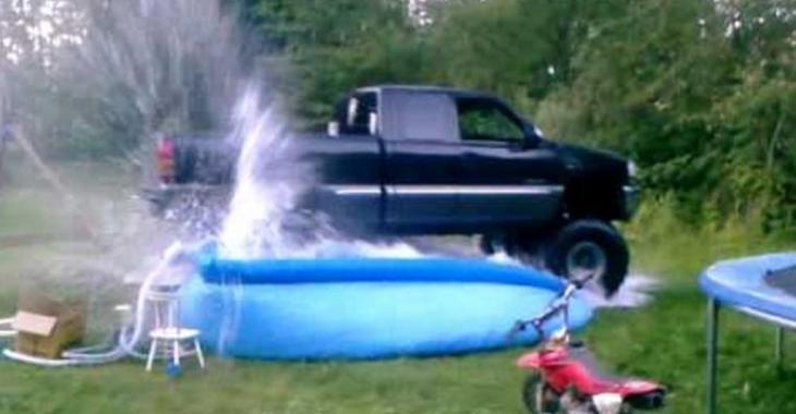 VIDÉO: Cet idiot brise la piscine des enfants avec son gros pick-up!