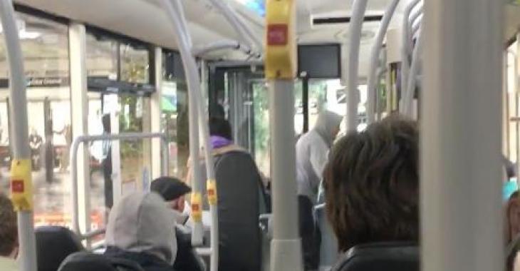 Un homme crache sur un chauffeur d'autobus, mais il va le regretter aussitôt!