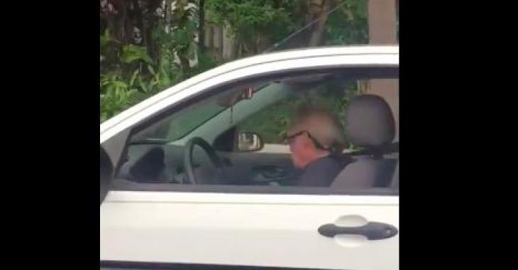 Ce vieil homme dans sa voiture est génial; il a gardé son coeur jeune on dirait bien!