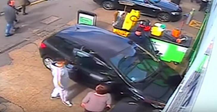 Il passe le K.O. à cette femme d'un coup de poing, pour une simple dispute de stationnement!