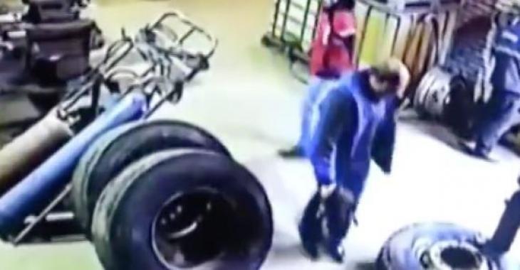 Ces hommes sont sur le point de se faire attaquer par un pneu! C'est effrayant!