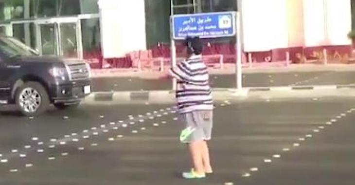 Un adolescent fait rire la planète avec ce qu'il fait en pleine rue! Il bloque la circulation, mais c'est trop comique!