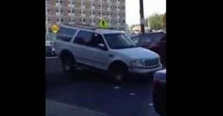 La ville installe un «Speed Bump» ÉNORME, on dirait que toutes les voitures vont s'envoler!
