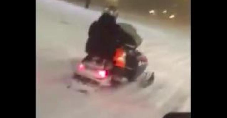 TEMPÊTE DU 15 MARS: cet homme se promène en Motoneige en pleine rue!