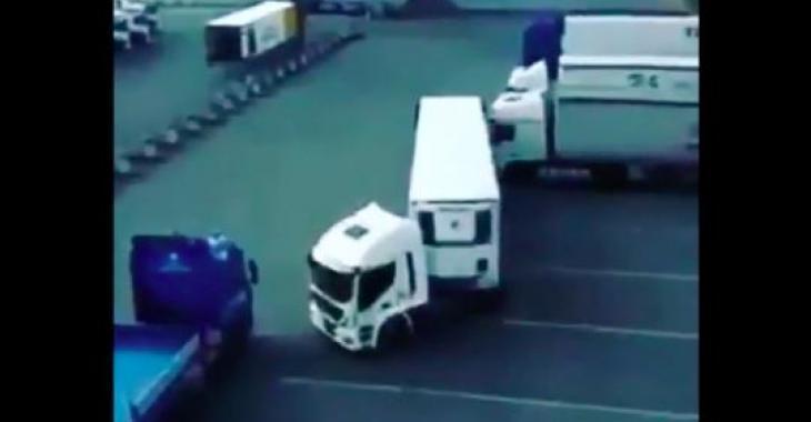 Un camionneur se ridiculise dans un stationnement; pas fort comme manoeuvre...