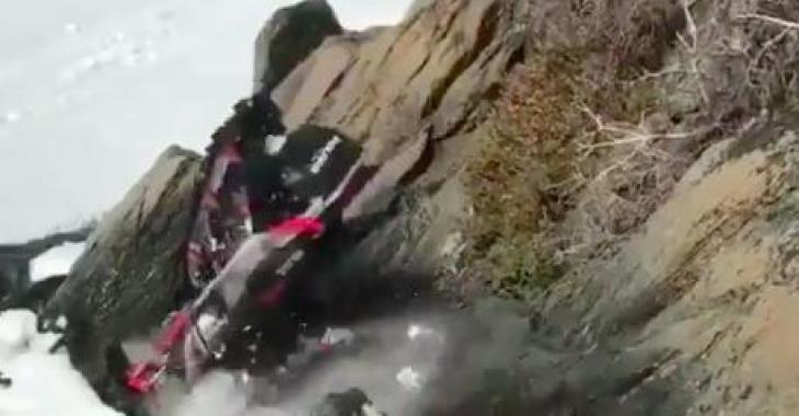 Envie de changer de motoneige? Cet homme vous montre comment vous en débarrasser facilement: un Fail monumental!