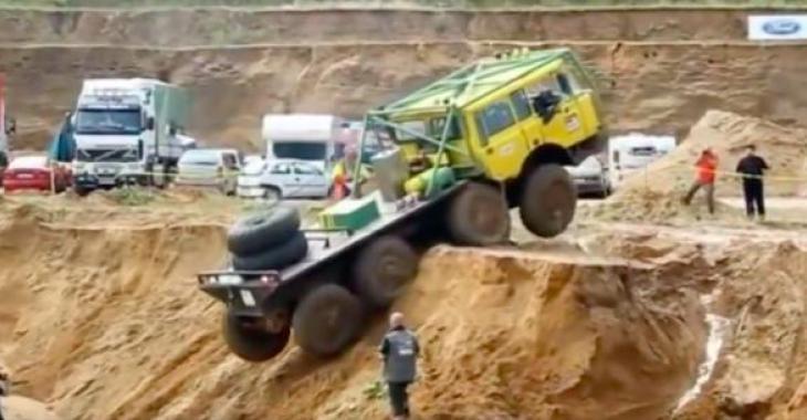 Ces concours de camions Tatra sont fascinants; ils sont vraiment capable de passer partout... vraiment partout!