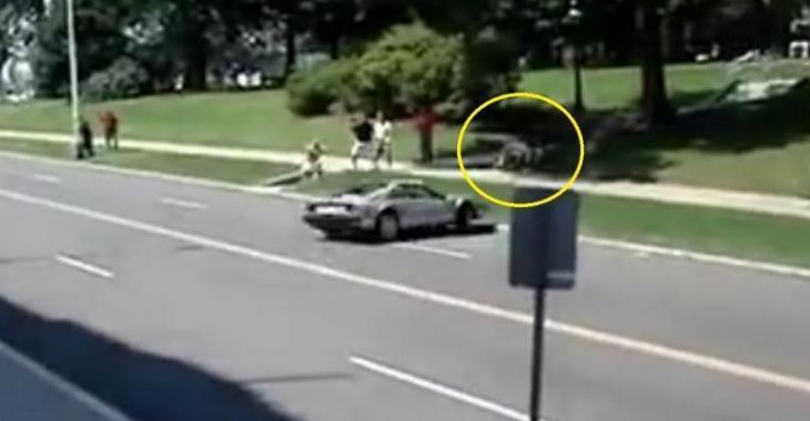 Un père sauve la vie son enfant, le conducteur de la Ferrari perd le contrôle et fonce droit sur eux!