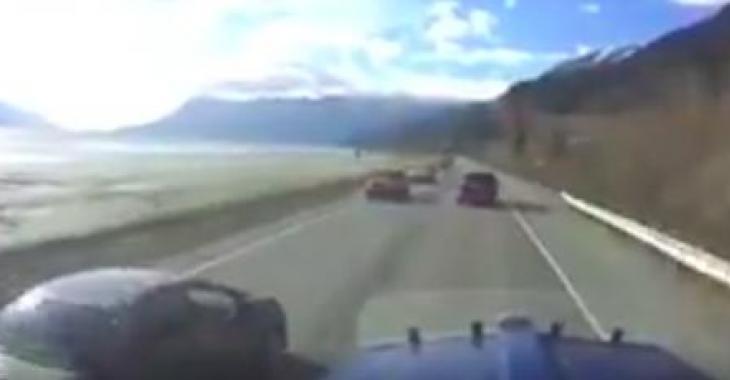 Un conducteur téméraire se permet un dépassement qui aurait pu coûter la vie de plusieurs personnes