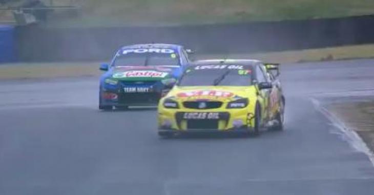 Une course de V8 Supercars prend un tournant inattendu! C'est comique!