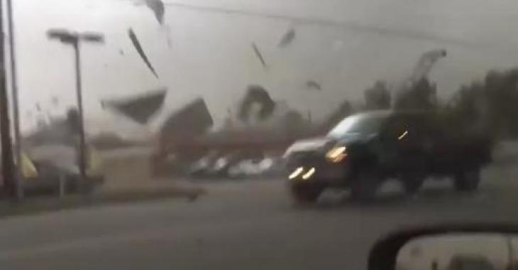 Il se promène en camion en pleine tempête/tornade; C'est vraiment effrayant!