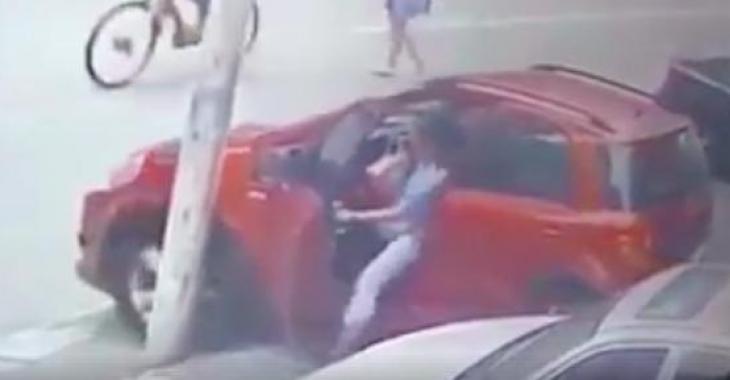La personne au volant de sa voiture ne se doute pas du tout de ce qui va lui arriver; ne quittez pas sa jambe des yeux!