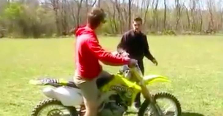 Ce qui semble être une première expérience de motocross tourne mal... Vous éclaterez de rire!