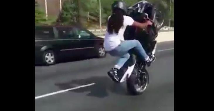 Cet homme a un contrôle total de sa moto! Ce qu'il peut faire est fantastique!