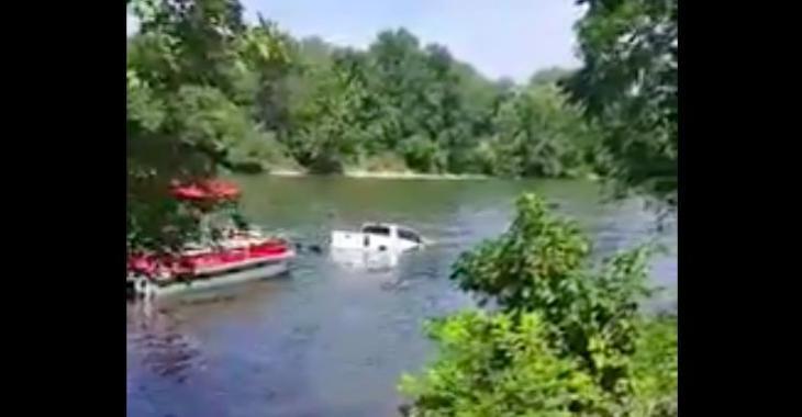 Je crois que le conducteur du pickup passe une mauvaise journée de bateau... Hahaha!