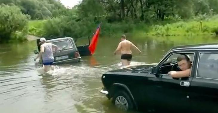 Ils tentent de traverser des points d'eau avec leur voiture..... Franchement, ils ne vivent pas un succès fou! LOL