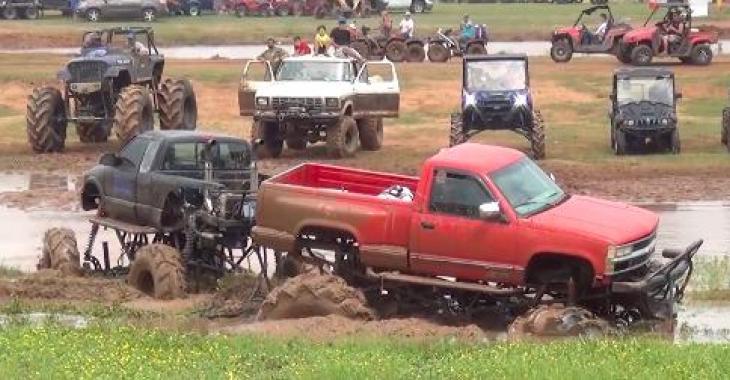 Ils sont coincés dans de la boue lors d'un évènement, ils auront besoin d'aide! C'est vraiment épatant de voir la force de ces camions!