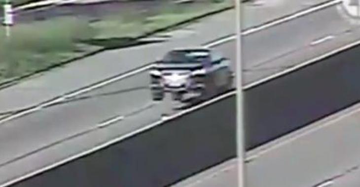 Cette bosse incroyable sur l'autoroute fait voler les voitures et vous fera vous tordre de rire!