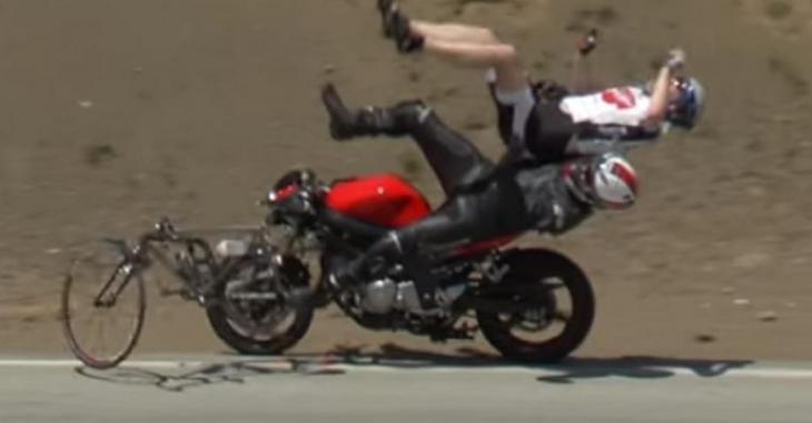 Un accident entre une moto et un vélo qui surprend, la séquence est assez particulière!