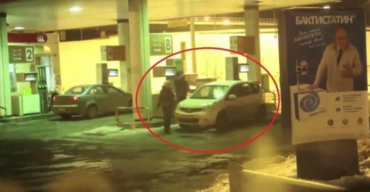 Elle nettoie sa voiture avec le pistolet à essence, on voit de tout dans une station-service!