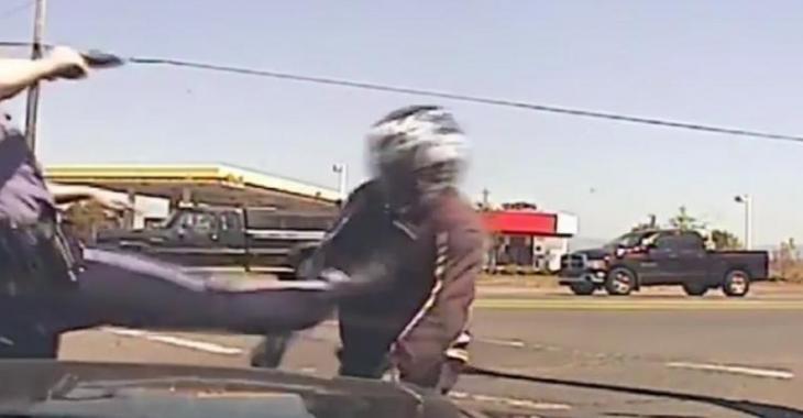 Il se sauve de la police en moto, la réaction du policier est brutale!