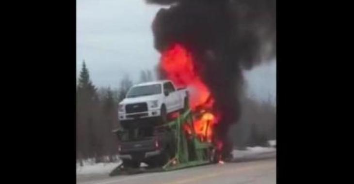 Une remorque en feu sur la route 138 aux Escoumins; la route a été fermée un bon moment!