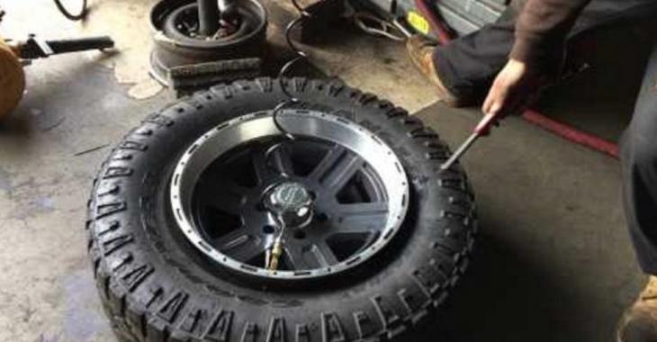 Il utilise une technique particulière pour mettre ses pneus, la situation tourne au désastre!