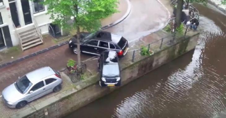 Le VUS frappe la petite voiture et tombe dans l'eau, une séquence qu'on reverra au cinéma!