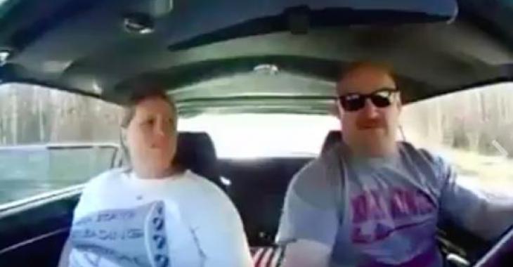 Ce couple fait un tour de voiture, mais la réaction de la femme est à se tordre de rire!