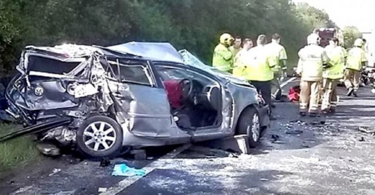 Ce camionneur s'endort au volant et détruit plusieurs voitures sur son passage, c'est assez violent!