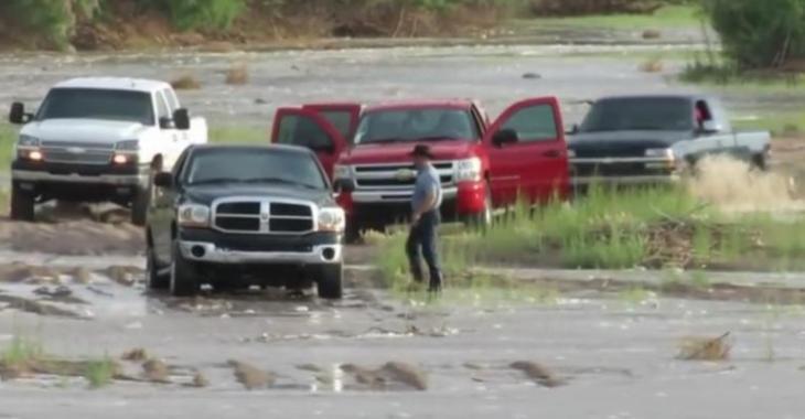 Ils se retrouvent coincés puisque le niveau de l'eau monte!