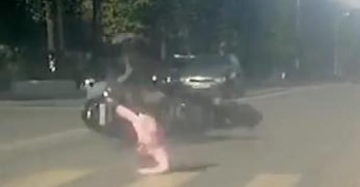 Cette femme se fait renverser par une moto, mais attendez de voir les autre accidents!