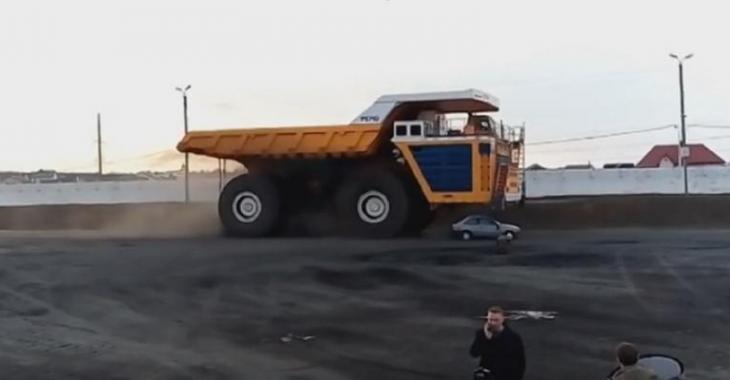 Ce camion de 450 tonnes DÉMOLIT cette voiture comme un insecte, c'est impressionnant!