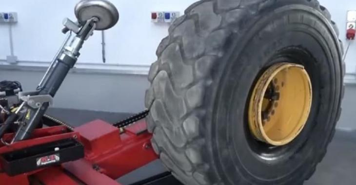 Une invention géniale pour changer les pneus, c'est tout simplement parfait!