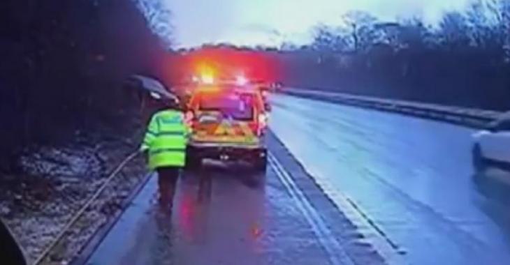 Le policier sort de son véhicule sur l'autoroute, il est chanceux d'être en vie!